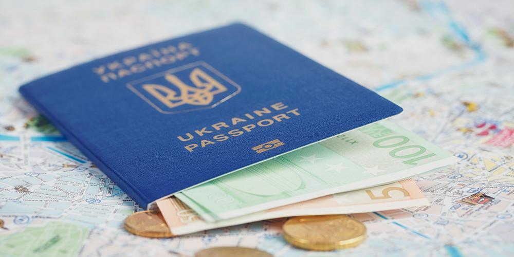 Украинский паспорт и деньги на карте