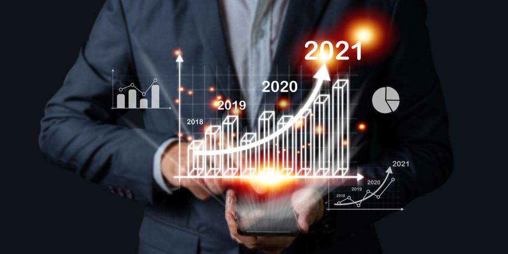 Бизнесмен инвестор держит график тенденций в руке