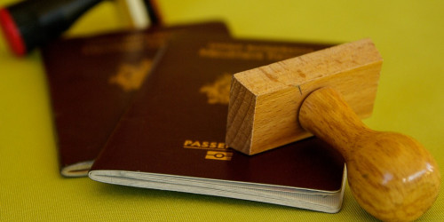 Аэропорт Дубая крепит специальный стикер на паспорта: Добро пожаловать во второй дом!